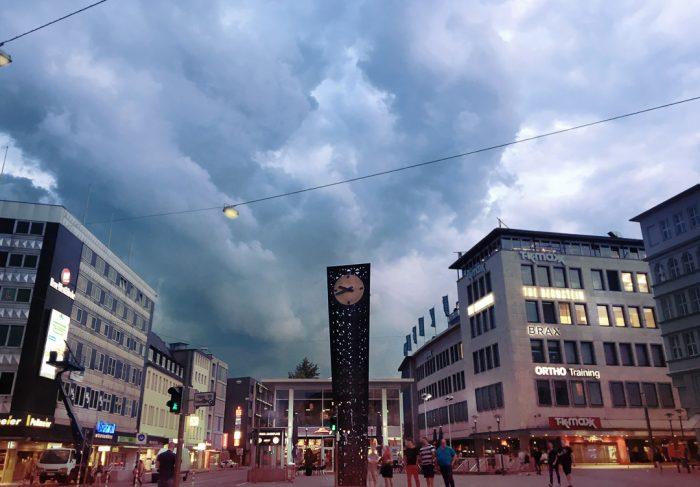 Dicke Wolken über der Alcina-Uhr in Bielefeld