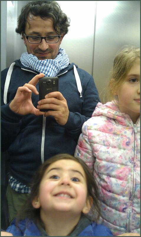 Digital Art: Fahrstuhlselfie mit Patenkindern